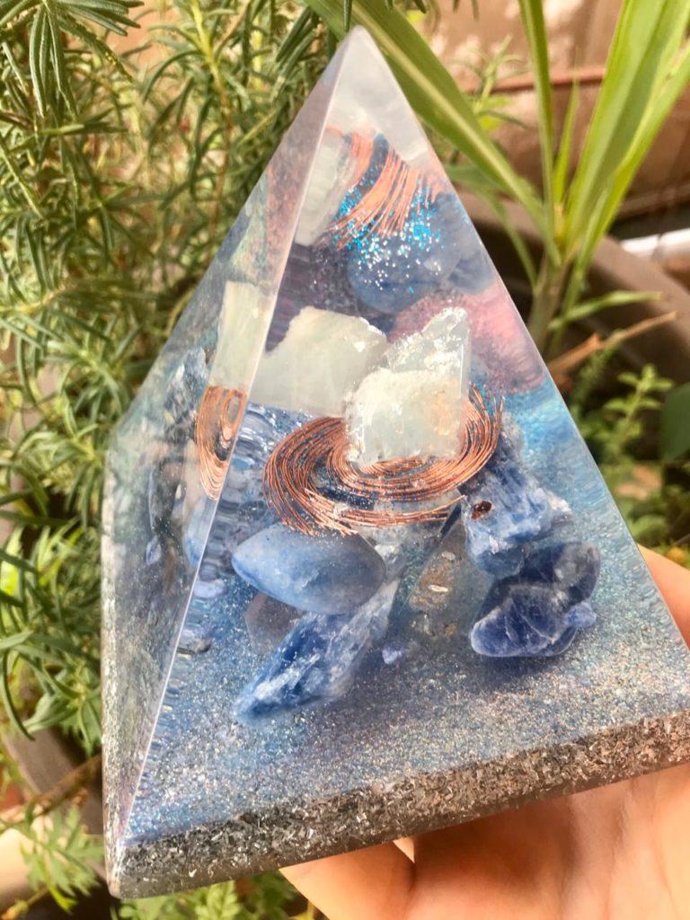 piramide orgonite intermediaria agua marinha2
