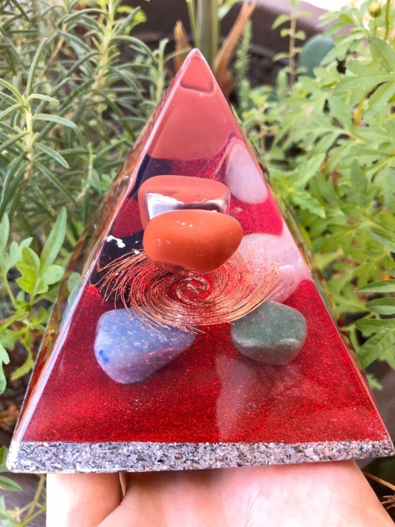 piramide orgonite vermelha