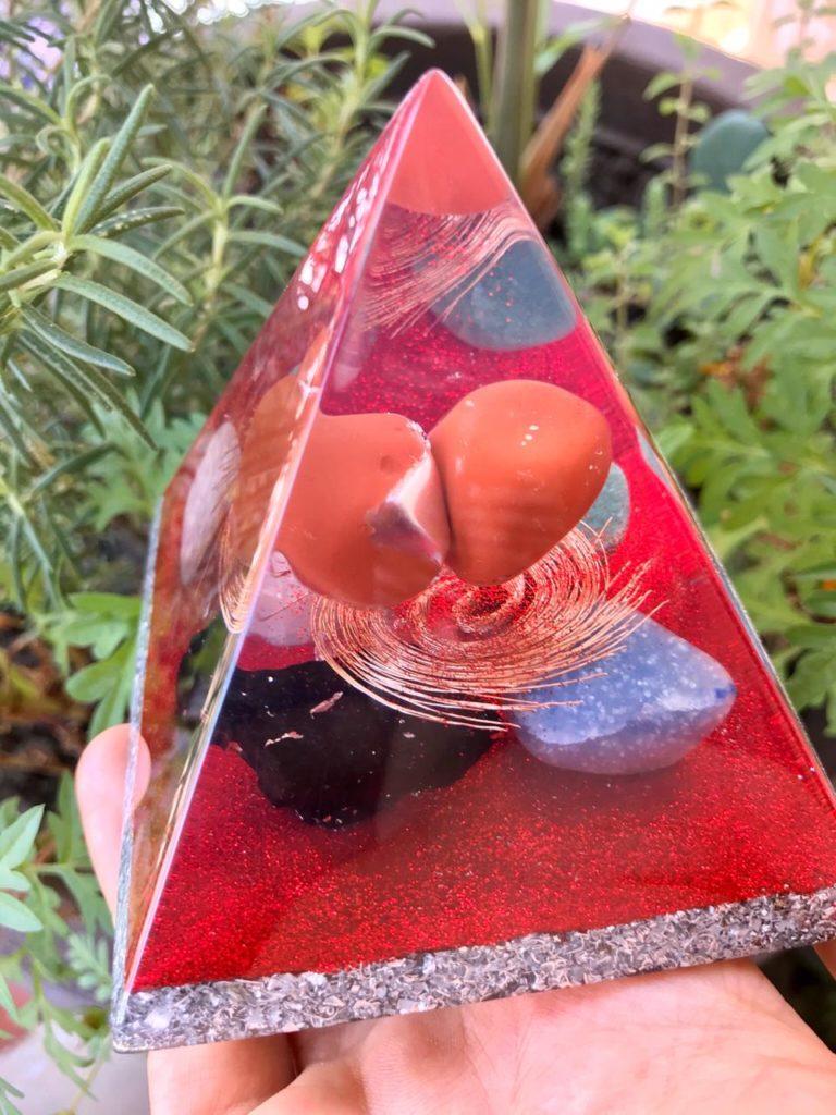 piramide orgonite vermelha 2